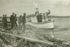 [Men assisting a small steamboat] | saskhistoryonline.ca