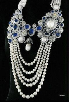 La Regente Pearl (center) is the largest pearl in the world was given as a gift by Emperor Napoleon I to his second wife and Queen Consort Marie Louise in Here, it is mounted on a modern pearl, sapphire and diamond necklace ✿ڿڰۣ(♥ -NYrockphotogirl ♥ 2014 Royal Jewelry, Pearl Jewelry, Antique Jewelry, Jewelery, Vintage Jewelry, Fine Jewelry, Handmade Jewelry, Jewelry Accessories, Jewelry Design