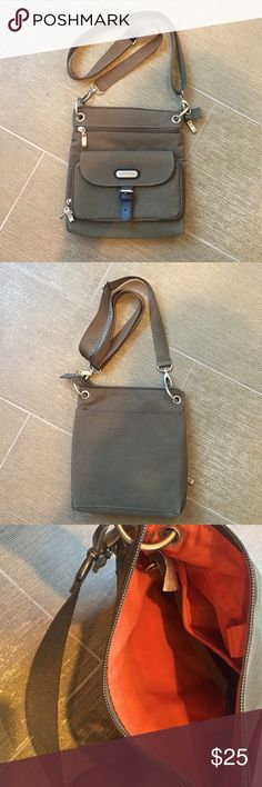 "Baggallini bag Olive green Baggallini bag in perfect condition. Lots of pockets in this purse make it perfect for traveling. Bag measures 9' by 91/2"". Baggallini Bags Travel Bags"