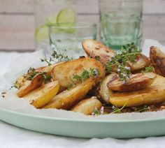 Annabel Langbein Crispy Garlic and Thyme Potatoes Recipe Crockpot Recipes, Easy Recipes, Cooking Recipes, Potato Dishes, Potato Recipes, Vegetarian Cooking, Quick Easy Meals, Sweet Potato, Side Dishes