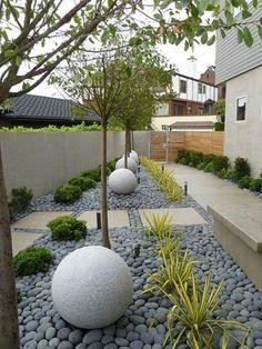 déco de jardin avec des galets et boules en pierres