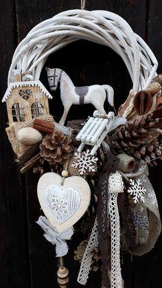 Věnec+s+koníkem,+sáňkami,...+Přírodní+věneček+s+dřevěným+koníkem,+sáňkami,dřevěnými+doplňky,+přírodninami+a+přízdobami+...velikost+cca+24cm+šířka,+celková+výška+s+dekoracemi+cca+45cm Christmas Makes, Christmas 2019, White Christmas, Handmade Christmas, Christmas Crafts, Christmas Decorations, Christmas Ornaments, Holiday Wreaths, Christmas Inspiration