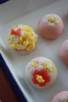 Full of cherry blossoms wagashi Japanese Food Art, Japanese Snacks, Japanese Sweets, Candy Recipes, Sweet Recipes, Japanese Wagashi, Mini Desserts, Confectionery, Creative Food