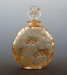 René Lalique ルネ・ラリック Flacons 香水瓶 D& 「ユリ」 全体 in 2020 Lalique Perfume Bottle, Antique Perfume Bottles, Art Nouveau, Beautiful Perfume, Bottle Art, Glass Bottles, Metal, Inspiration, Vintage Furniture
