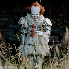 The Stephen King adaptation has broken another box office record, beating 'The Exorcist' to become the highest-grossing horror movie ever. Penny Wise Clown, Popular Halloween Costumes, Halloween Movies, Popular Costumes, Bill Skarsgård, The Big Year, Steven King, Its 2017, Pennywise The Dancing Clown