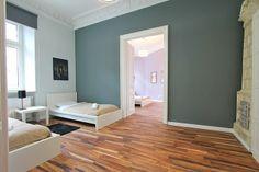 Royal to iście królewski apartament w Krakowie, przeznaczony do pobytu 6 osób w bardzo komfortowych warunkach. Apartament składa się z salonu z rozkładaną sofą dwuosobową, sypialni z dwoma pojedynczymi łóżkami oraz sypialni z łóżkiem małżeńskim. Mieszkanie znajduje przy ul. Garbarskiej, nieopodal plant, około 5 minut piechotą do Rynku Głównego. 3 pokoje, 70 m², 1 piętro. Więcej na: http://www.capitalapart.pl/krakow_apartamenty/royal #apartamenty #kraków #cracow #apartments