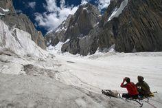 Explorando el terreno con la cara norte del Link Sar en frente, foto de Jon Griffith
