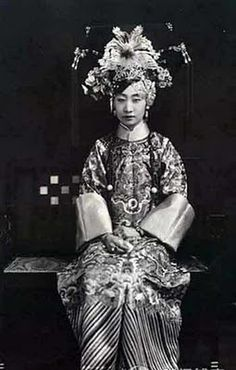 An unidentified princess in the Late Qing Dynasty China. Chinese Style, Chinese Art, Chinese Bride, Chinese Opera, Chinese Fashion, Old Photos, Vintage Photos, Vintage Photographs, China People