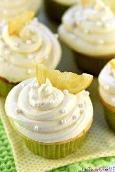 Las magdalenas de limón MEJORES ~ empezar con una simple masa de un recipiente y terminan con un remojo de limón jarabe simple y un o de esponjosa de limón queso crema Frosting de delicioso, limón, golosinas perfectamente húmedas!  |  FiveHeartHome.com
