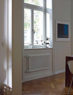 Het origineel onder de buizenradiatoren, speciaal voor renovaties. De elementbouwwijze verleent de Zehnder Charleston Retrofit zijn transparante uiterlijk en een tijdloze elegantie. De kolomradiator zorgt voor behaaglijke stralingswarmte en verandert de woonkamer in een comfortabele oase. Met name bij renovaties biedt Zehnder Charleston Retrofit ook modellen voor een eenvoudige montage: voor bestaande aansluitingen zijn vervangingsmodellen verkrijgbaar. Leverbaar in bijna alle kleuren en…