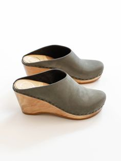 An edgy update to our classic Old School clog. Sleek back lip detail and minimal stitching. Lightweight wedge base adds height and drama without sacrificing comfort. Elephant is a moody gray with gree