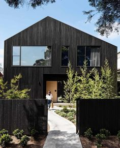 Entrepreneur and serial renovator Belinda Alexander reached for the sky with her latest project, a brave new build in Melbourne. Timber Cladding, Exterior Cladding, Australian Architecture, Contemporary Architecture, New Zealand Architecture, Contemporary Barn, Modern Barn House, Timber House, Urban Barn