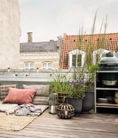 Cosy balcony with plants and pillows | Styling ideas and inspiration for the balcony