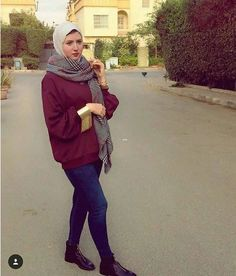 Maroon sweater with plaid scarf-How to wear colorful hijab in winter – Just Trendy Girls Islamic Fashion, Muslim Fashion, Hijab Fashion, Modest Fashion, Winter Fashion Outfits, Autumn Fashion, Outfit Winter, Hijab Style, Casual Hijab Outfit