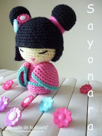When I published the Spanish pattern of my little kokeshi Hanako in May of this year, I never imagined that it would like you so much. When I published the Spanish pattern of my little kokeshi Doll Amigurumi Free Pattern, Crochet Shoes Pattern, Crochet Amigurumi Free Patterns, Amigurumi Doll, Crochet Toys, Free Crochet, Spanish Pattern, Crochet Keychain, Baby Afghan Crochet