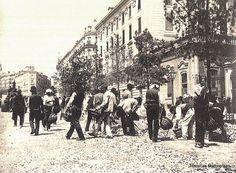 Historias matritenses: El asfalto de Madrid y otros pavimentos. Pavimentación de la calle de Alcalá casi esquina con Barquillo. Hacia 1900. Museo Municipal de Madrid.   Read more: http://historias-matritenses.blogspot.com/2016/01/el-asfalto-de-madrid-y-otros-pavimentos.html#ixzz40nWx47vt