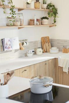 Lieu de convivialité par excellence, surtout quand elle est ouverte, la cuisine doit avant tout être bien équipée, ergonomique et disposer de nombreux rangements. Mais comment lui donner un style unique et harmoniser mais aussi fonctionnel et pratique ? Il suffit d'une dominante de blanc et de bois clair, de touches minérales et d'étagères décoratives pour inscrire la cuisine dans une ambiance nature et zen qui transforme tout l'espace. Découvrez comment aménager cette cuisine chaleureuse. Floating Shelves, Kitchen Design, Kitchen Cabinets, Leroy Merlin, Zen, Home Decor, France, Studio, Nature