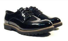 Zapatos negros de cordones en charol Tamaris  Zapatos blucher modelo 23214 de la marca Tamaris. Zapatos de cordones en charol negro con suela muy ligera de goma. Interior textil plantillas de piel. Altura aproximada de piso 25 cms. Tamaris confort para tus pies. http://ift.tt/2f8ry6g
