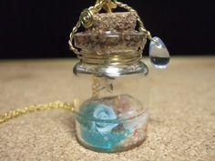 桜貝+UVレジンは液体状の透明樹脂で、紫外線に当てると硬化するり