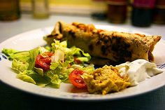 fajita af kylling med fladbrød, ost, rød guacamole, salt og creme fraiche