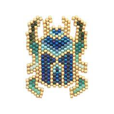 Vous allez craquer pour cette broche aux couleurs étincelantes !    Elle est le fruit de notre collaboration avec la talentueuse Rose Moustache. On y retrouve tout son univers.    Grâce à sa fiche DIY, aux conseils,astuces et photos,nous vous accompagnons pas à pas dans sa réalisation. La technique du brickstitch n'aura plus de secretpour vous !    Matériel fournipour la fabrication du kit bijou:Différentes couleurs de perles Miyuki Delica 11.0, une bobine de fil dore pour ...