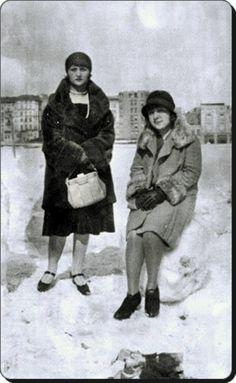 bir kış günü Taksim Meydanı'nda fotoğraf çektiren iki şık hanımefendi...#birzamanlar #İstanbul #istanlook