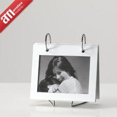 cornice per 8 foto, disponibile nelle colorazioni bianco o nero.