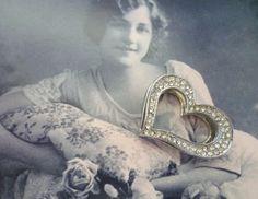 Zauberhafter Vintage-Herzanhänger mit üppigem Strassbesatz:    Schwingendes Herz mit ca. 0,5 cm breiter Rundum-Öffnung für diverse Kettenstärken un...