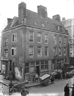 The Joden Houttuinen Before WWII a large number of the Jewish working class in Amsterdam lived in single rooms in narrow streets and alleys like the Joden Houttuinen. Old Pictures, Old Photos, Vintage Photos, I Amsterdam, Amsterdam Jordaan, Jewish History, World Cities, Historical Pictures, Rotterdam