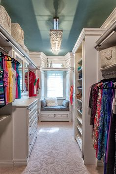 Small walk in closet ideas and organizer design to inspire you. diy walk in closet ideas, walk in closet dimensions, closet organization ideas. Style At Home, European Style Homes, Master Bedroom Closet, Master Bedrooms, Master Closet Design, Bedroom Closets, Dream Bedroom, Narrow Closet Design, Luxury Master Bedroom