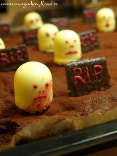 Schnelle & halloweentaugliche Kuchendekoration mit essbaren Geistern und leckeren Grabsteinen.