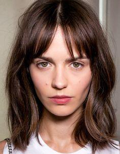 Frange fine et légère. Plus de photos de franges : http://www.taaora.fr/blog/post/coiffure-frange-idees-coupes-de-cheveux #hair #coiffure #hairstyle