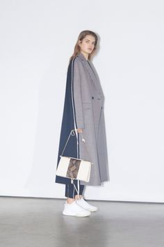 The complete Stella McCartney Pre-Fall 2018 fashion show now on Vogue Runway. Model Stella McCartney Pre-Fall 2018 Fashion Show Autumn Fashion 2018, Fashion Week, Look Fashion, Womens Fashion, Fashion Design, Cheap Fashion, Style Invierno, Style Casual, My Style