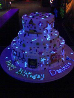bolo que brilha no escuro (neon) 15 anos