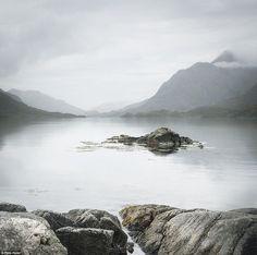 Tác giả Pete Hyde người Anh với bức ảnh chụp ánh sáng mờ ảo với bầu trời mù hơi sương trên mặt nước tĩnh lặng
