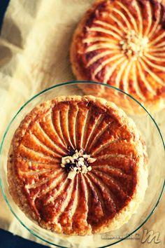 Voici 2 versions de galettes des rois, toujours avec de la pâte feuilletée : une est à la compote pommes/cannelle et l'autre frangipane/framboises