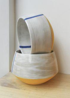 Bols Parati modèle Fita de l'atelier De Drôles d'Oiseaux. Grès blanc chamotté, décor à l'engobe de porcelaine, couverte brillante.