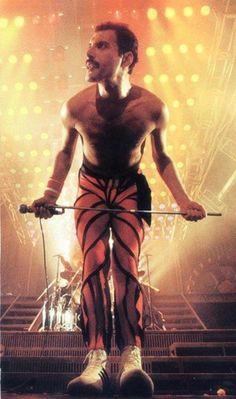 Freddie Mercury | Also see #music pics at www.freecomputerdesktopwallpaper.com/wmusic.shtml