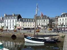 Good morning travelers who have never been to Britain or have never visited Vannes? It's a real gem, we did last year and we loved it. Today along with Mara we are taking you to visit it. Breizh Ma Bro, The Gr, France, The World's Greatest, Beautiful Landscapes, Brittany, Journey, Europe, Boat