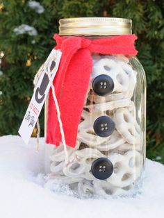 SNOWMAN MASON JAR You know what's better than actual snow? Adorably presented white-chocolate-covered pretzels. Same spirit, you know. Click through for all the instructions and more mason jar gift ideas.