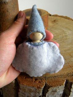 Questo dolce Waldorf ispirato Gnome & sacchetto nuvola incanterà il tuo piccolino. Lo gnomo è fatto con amore, utilizzando materiali di qualità tra