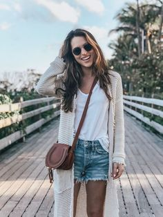 Denim shorts with neutral cardigan. Perfect spring outfit Casual Summer Outfits For Women, Short Outfits, Trendy Outfits, Cute Outfits, Fashion Outfits, Fashion Trends, Style Fashion, Fall Beach Outfits, Kimono Fashion