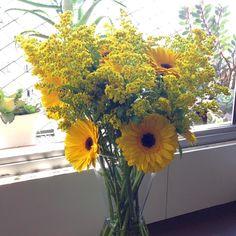 Um sábado iluminado!  #oitominhocas #floweroftheday #arranjofloral #flores