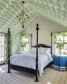 These dreamy bedrooms from the designers at Dering Hall feature regal four-poster beds fit for royalty. Nantucket Home, Sofas, Bold Wallpaper, Wallpaper Ceiling Ideas, Coastal Wallpaper, Beach Wallpaper, Kitchen Wallpaper, Bedroom Wallpaper, Print Wallpaper