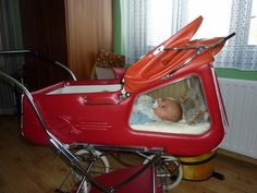 These retro prams are the ultimate! When I was born, my mother wheeled me around in style with a high pram with springs for comfort and style. This was (and still is) called a kočárek or kočár, a coach (or buggy). Vintage Stroller, Vintage Pram, Pram Stroller, Baby Strollers, Prams And Pushchairs, Baby Buggy, Dolls Prams, Retro Kids, Baby Prams