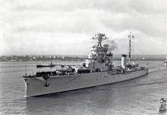 """Una delle migliori fotografie dell'incrociatore leggero Bartolomeo Colleoni, scattata a Taranto nel 1936; si noti che l'unità imbarca ancora l'idrovolante CANT 25 AR (""""Ali Ripiegabili"""")"""
