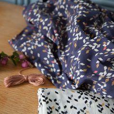 Tissu Twist Dark Blue 20 x 140 cm - Atelier Brunette - Motif Personnel Batiste, Cotton Lawn Fabric, Colette Patterns, Percale De Coton, Sewing Shirts, Textiles, Complimentary Colors, Blue Fabric, Blue Plaid