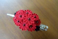 畳世さんのお客様より『浴衣に合わせたい』とのことで真っ赤な小菊のクリップをご注文いただきました。ご指定の黒い葉っぱも添えて、情熱的な大人の髪飾りになりまし... Japanese Flowers, Kanzashi Flowers, Japanese Kimono, Diy Hairstyles, Hair Pieces, Fabric Flowers, Ribbon, Tutorials, Hair Styles