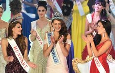 Miss South Africa and the 2014 Miss World, Rolene Strauss (C), dances with first runner up Miss Hungary Edina Kulcsar (L) and second runner up Miss United States Elizabeth Safrit (R). (Photo by AFP/Leon Neal) Miss World 2014, Miss Mundo, Movie Photo, Beauty Pageant, African Beauty, Actors & Actresses, South Africa, Beautiful Pictures, Beautiful Women