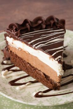 If you LOVE Olive Garden's Black Tie Mousse Cake as much as I do surely you want to make it at home! This copycat recipe tastes just like the real thing! Party Desserts, Just Desserts, Delicious Desserts, Dessert Recipes, Food Cakes, Cupcake Cakes, Cupcakes, Chocolate Desserts, Chocolate Cake